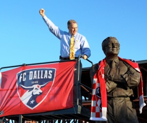 Lamar Hunt Honors Father with FC Dallas Scarf